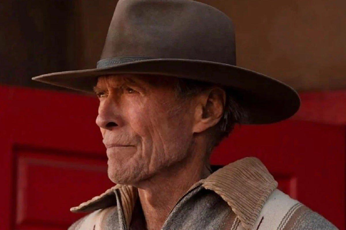A los 91 años, Clint Eastwood lanza un puñetazo y monta a caballo en su nueva película.